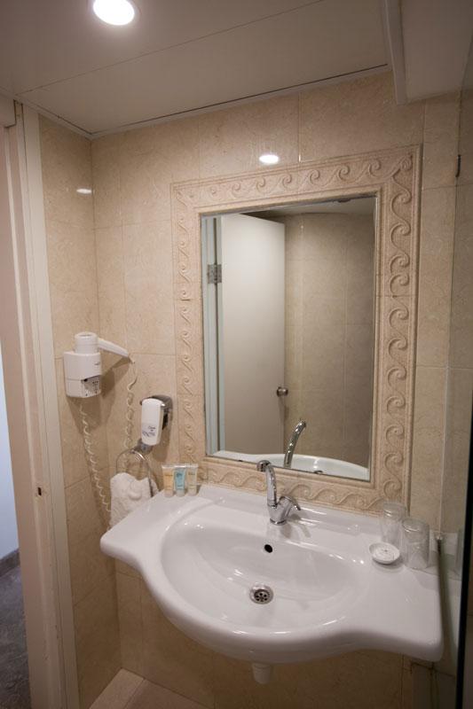 כיור ומראה בשירותים
