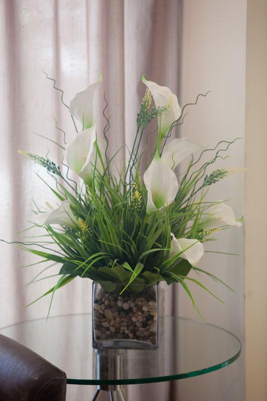 פרחים לבנים בחדר