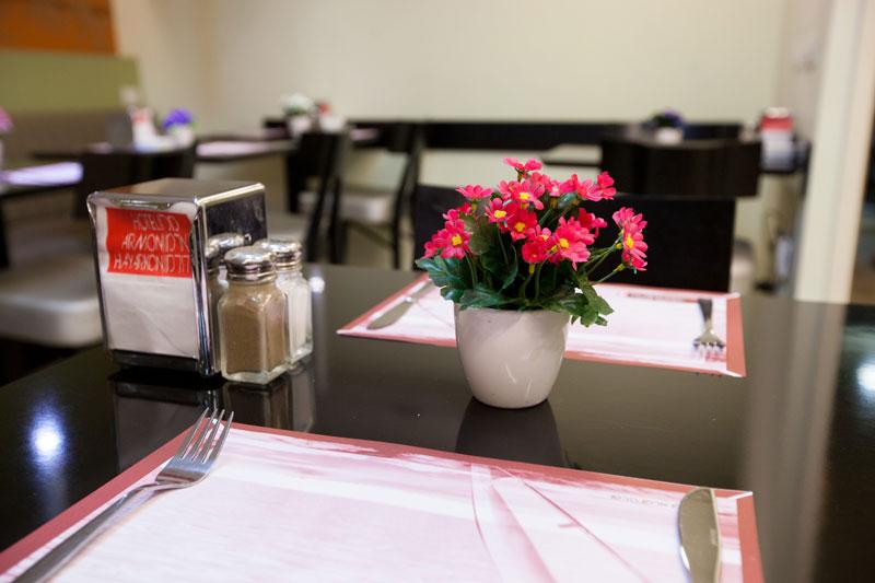 שולחן במסעדה מקושט בפרחים וורודים
