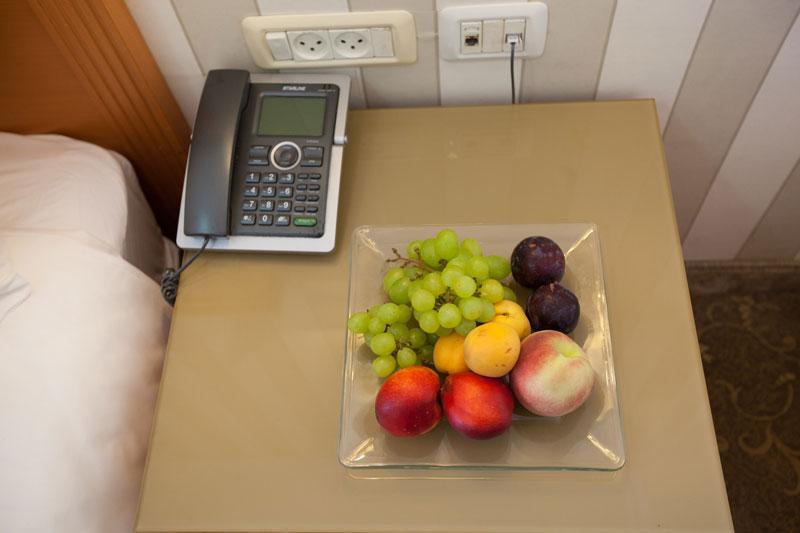 טלפון ופירות בחדר