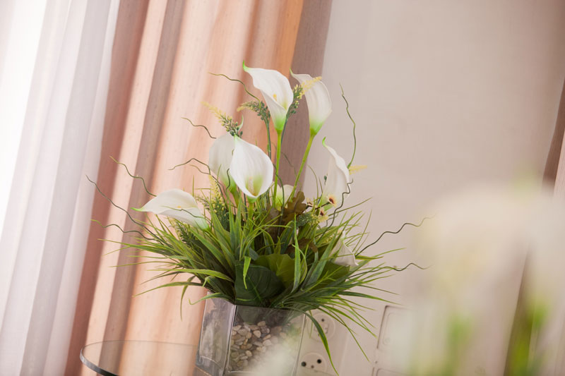 bedroom5-flowerpot-with-white-flowers
