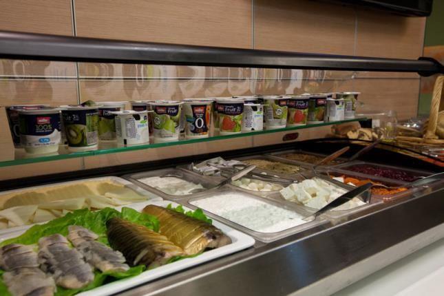 גבינות, דגים וסלטים בארוחת בוקר